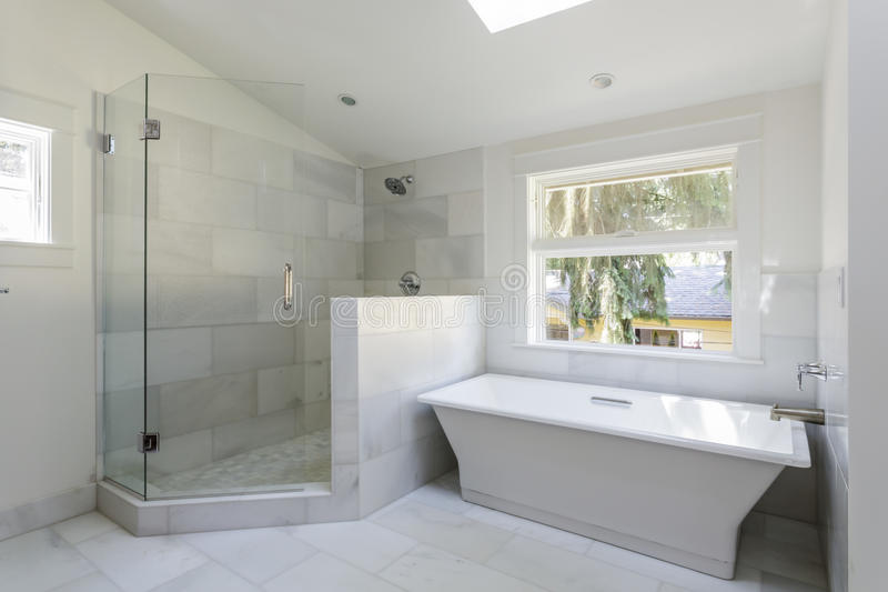 Banheiro Moderno Com Chuveiro E Banheira Fotos de Stock  Imagem 35055823 -> Banheiros Modernos Chuveiro