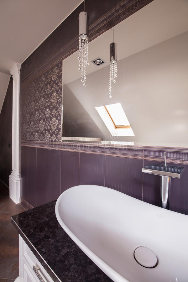 Banheiro moderno com espelho grande imagem de stock royalty free