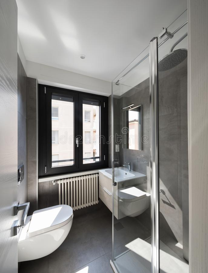 Banheiro moderno com grandes telhas fotos de stock royalty free