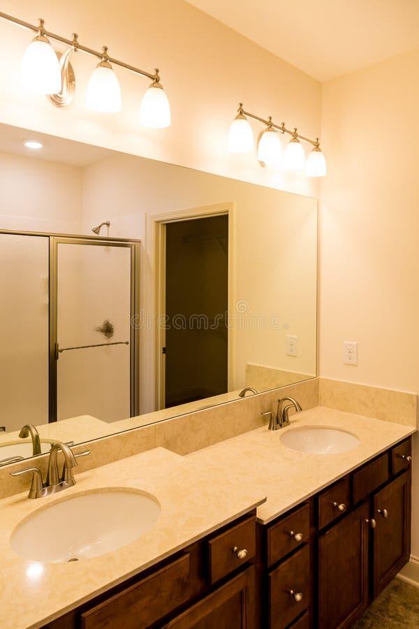 Banheiro moderno com vaidade de dois níveis fotografia de stock