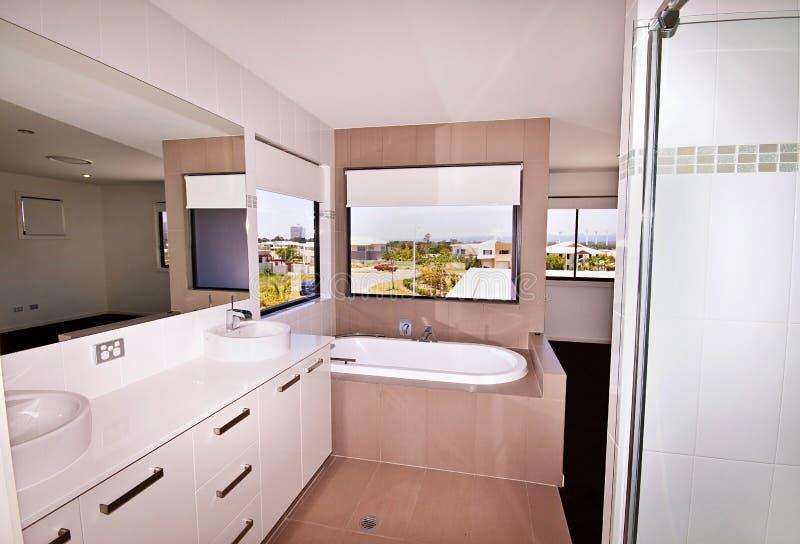 Banheiro moderno de Ensuite imagens de stock royalty free