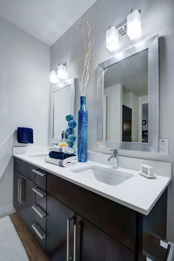 Banheiro moderno do apartamento foto de stock royalty free
