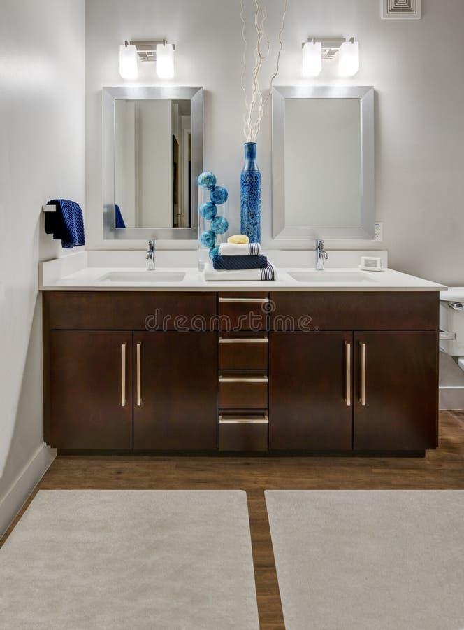 Banheiro moderno do apartamento imagens de stock royalty free