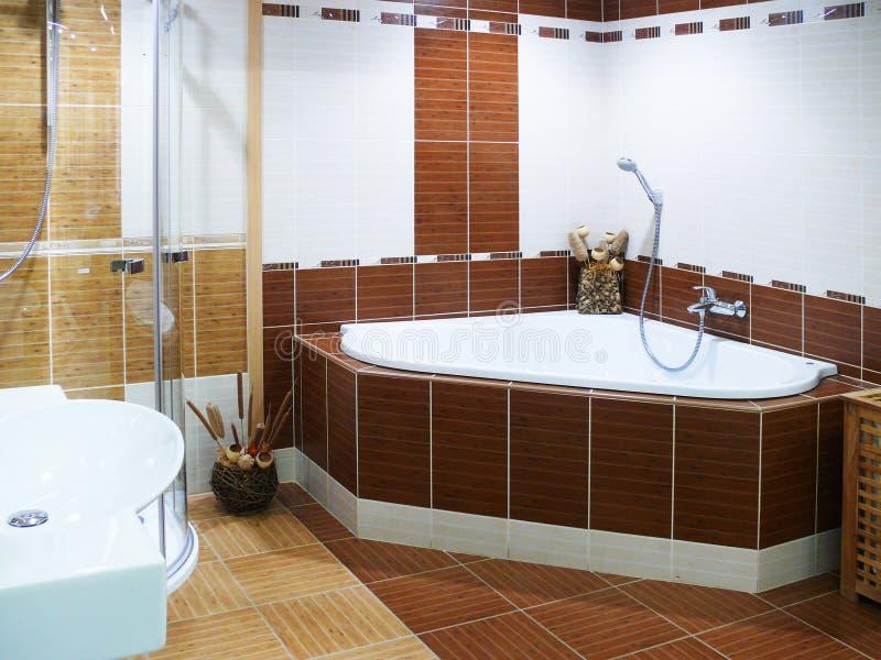 Banheiro moderno do desenhador foto de stock