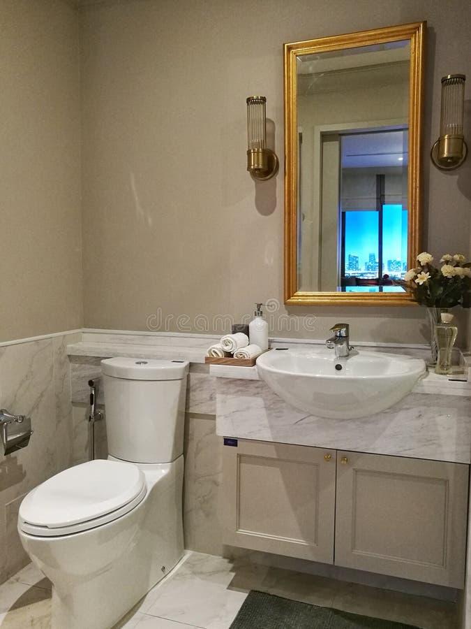 Banheiro moderno do estilo foto de stock