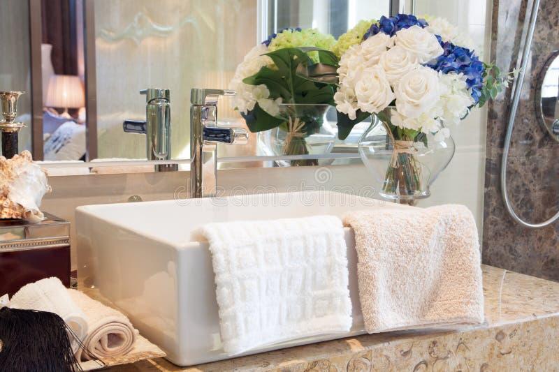 Banheiro moderno do estilo imagens de stock