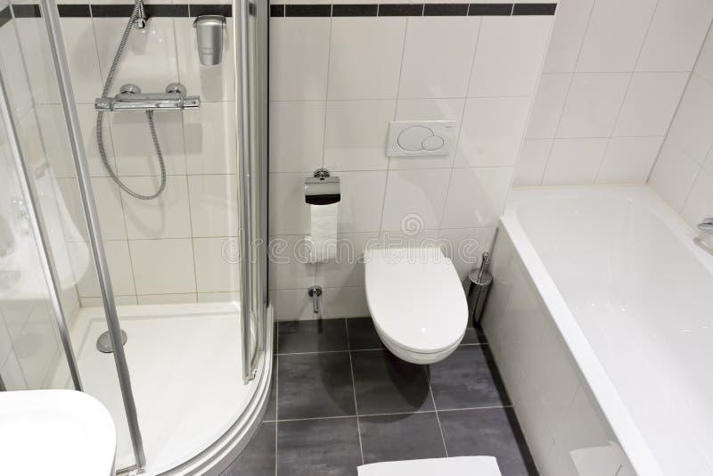 Banheiro moderno do hotel foto de stock royalty free