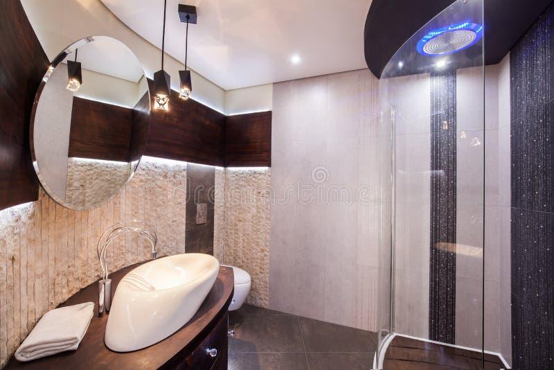 Banheiro moderno e funcional foto de stock