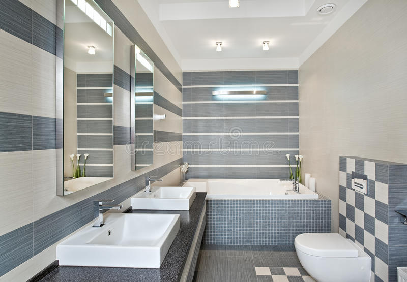 Banheiro moderno em tons azuis e cinzentos com mosaico imagens de stock royalty free
