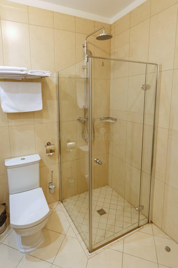 Banheiro moderno interior em um hotel pequeno fotos de stock