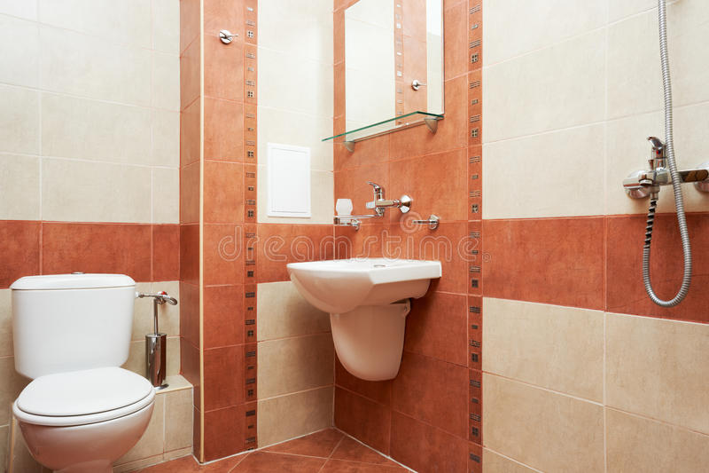 Banheiro moderno na cor vermelha fotografia de stock royalty free