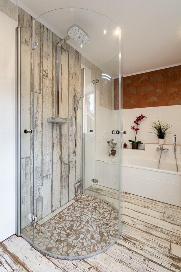 Banheiro moderno no estilo do vintage com o chuveiro de vidro redondo imagem de stock