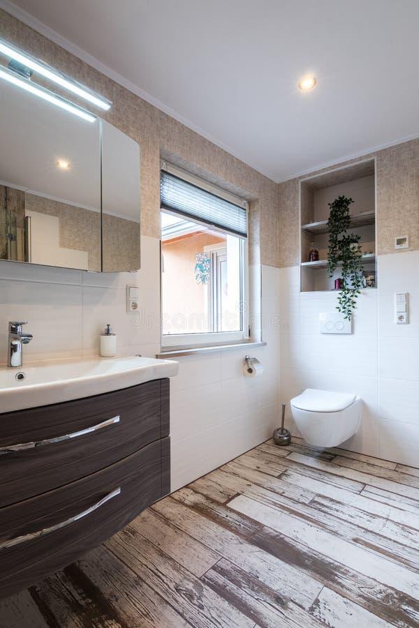 Banheiro moderno no estilo do vintage com toalete fotografia de stock royalty free