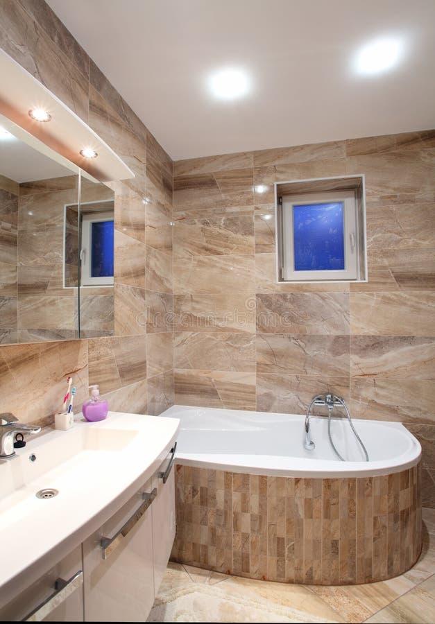 Banheiro na HOME luxuosa com banho e mobília fotografia de stock