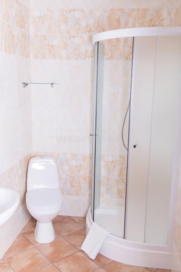 Banheiro na sala de hotel imagens de stock