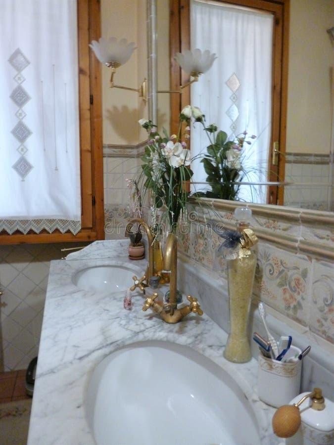 Banheiro no estilo retro estilo italiano tradicional e original imagens de stock royalty free