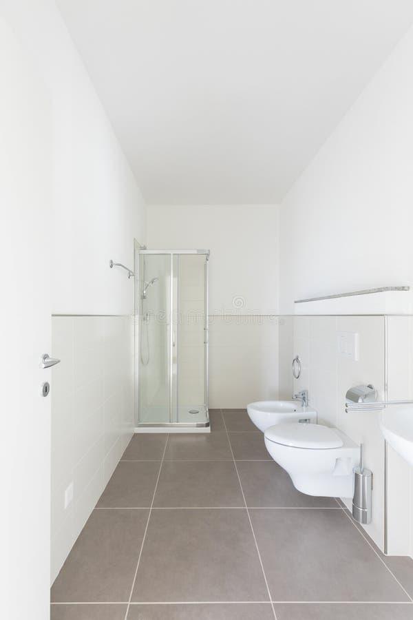 Banheiro novo apenas renovado, limpo e arrumado foto de stock royalty free