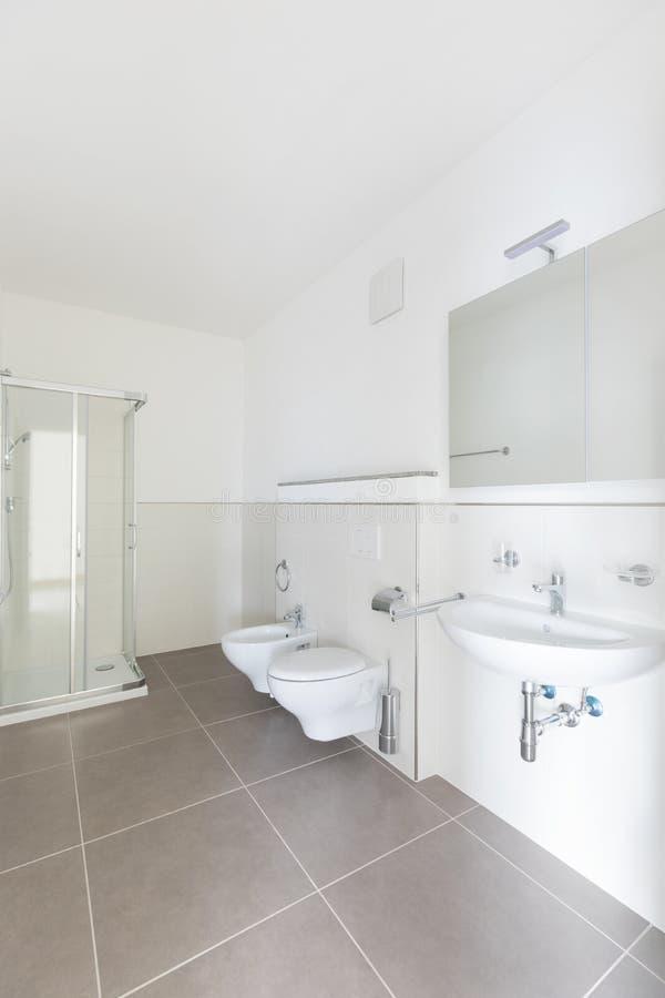 Banheiro novo apenas renovado, limpo e arrumado fotografia de stock royalty free