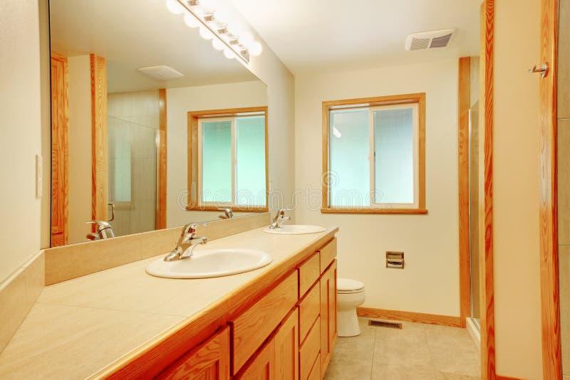 Banheiro novo com madeira do bordo fotografia de stock royalty free
