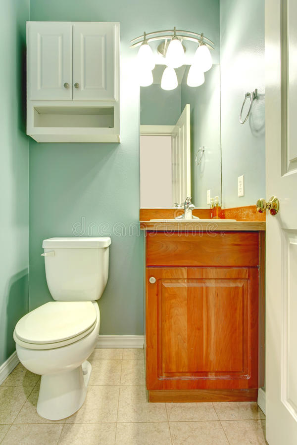 Banheiro novo pequeno da cor fresca verde da hortelã. imagem de stock
