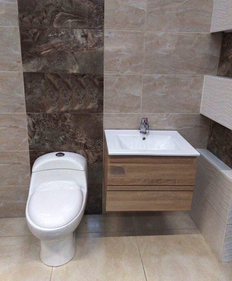 Banheiro numa casa moderna foto de stock