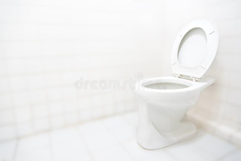 Banheiro ou toalete do toalete com fundo limpo branco do conceito foto de stock