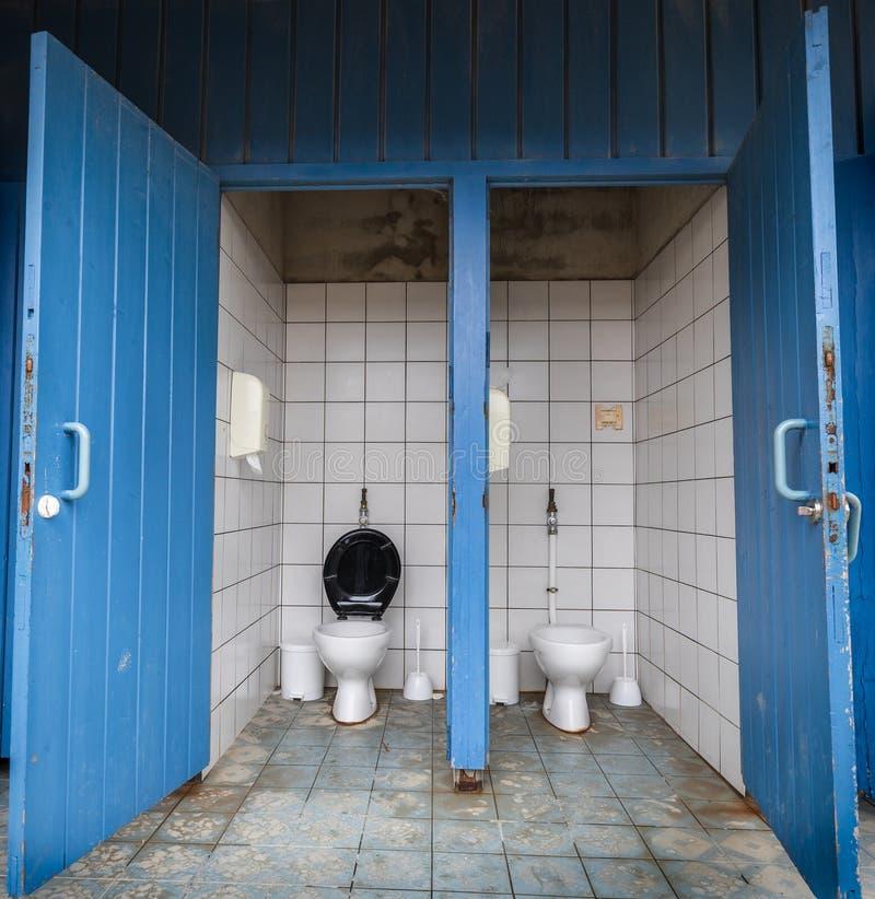 Banheiro público com estares abertos azuis fotografia de stock royalty free