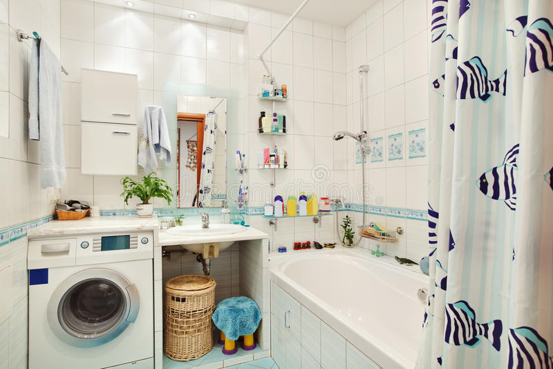 Banheiro pequeno moderno no azul imagens de stock