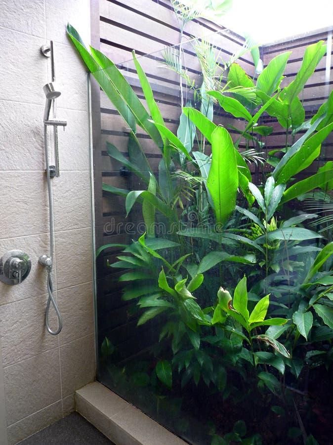 Banheiro Semi ao ar livre do recurso fotografia de stock royalty free