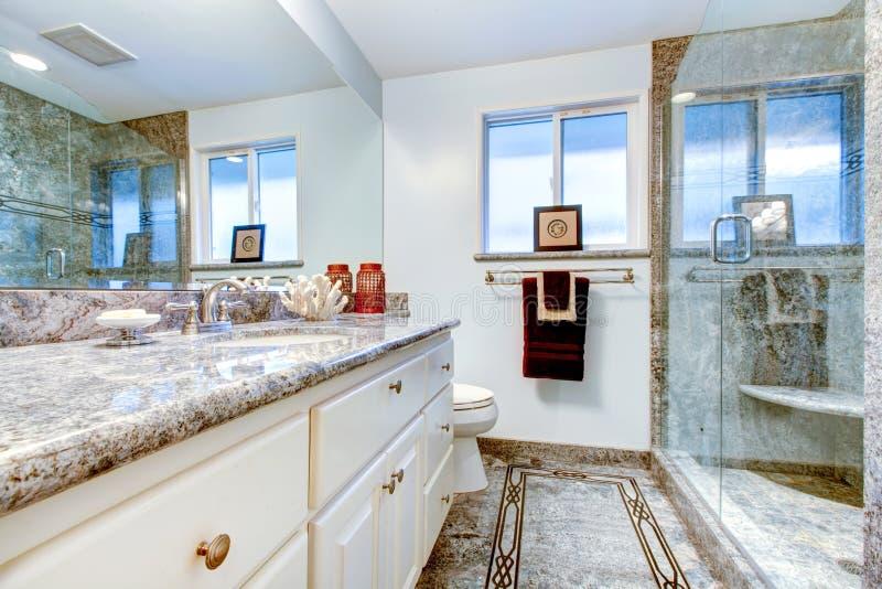 Banheiro surpreendente com o chuveiro de mármore do revestimento e do vidro fotos de stock