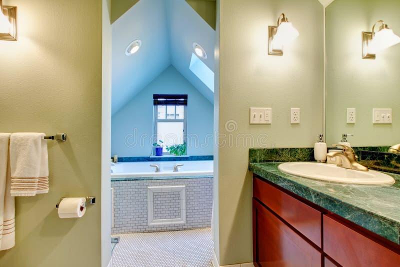 Banheiro verde e azul com whirpool grande fotos de stock