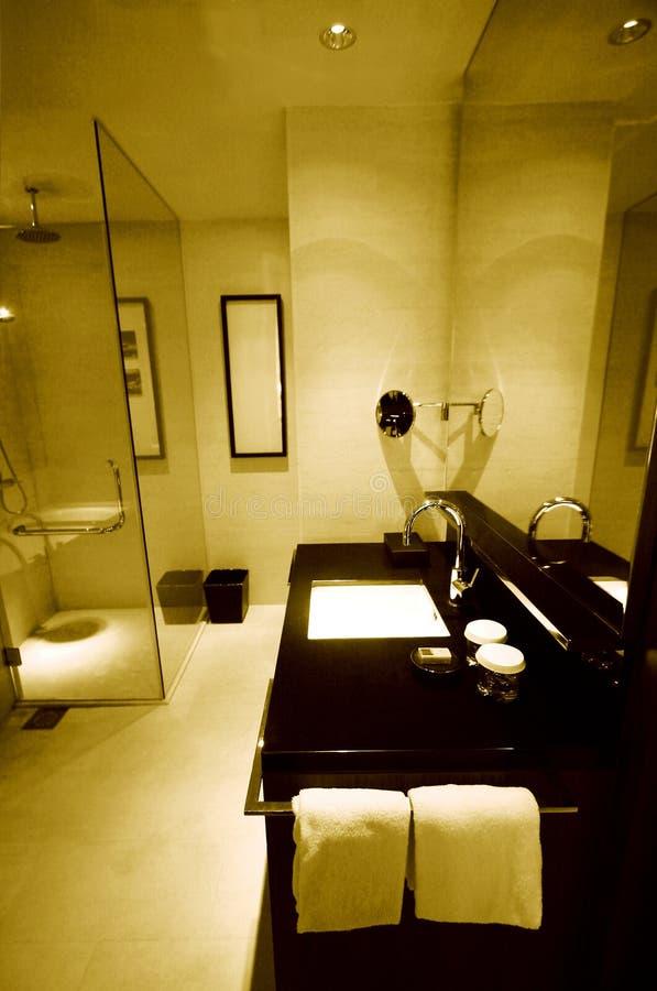Banheiros novos do hotel de recurso luxuoso fotografia de stock royalty free