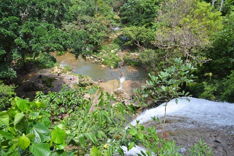 Banhistas de Soroa da cachoeira foto de stock