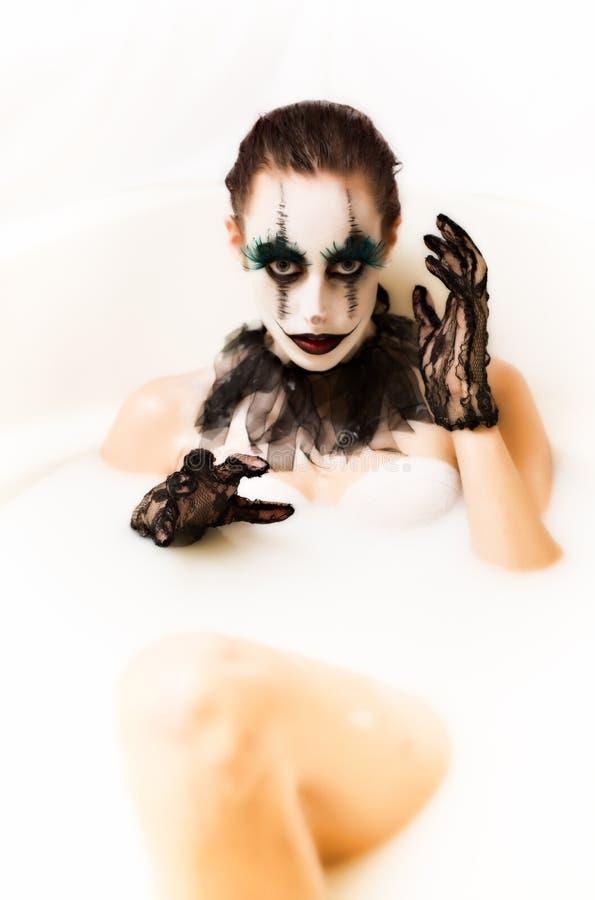 Banho assustador do leite do palhaço imagens de stock royalty free