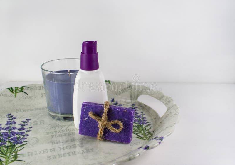 Banho colocado liso dos termas no fundo de madeira branco, produtos da vista superior para a higiene Vela, alfazema feito a mão d imagens de stock