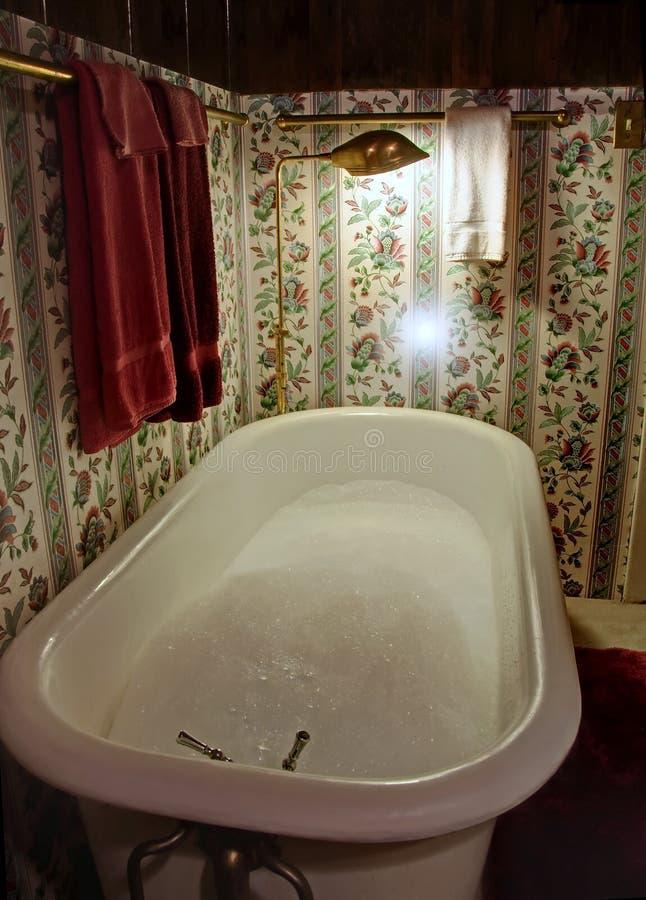 Banho de bolha antiquado da cuba da garra imagem de stock
