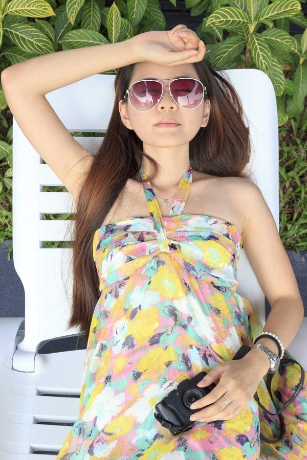 Banho de sol asiático bonito da mulher fotos de stock royalty free