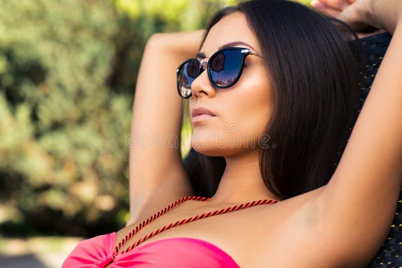 Banho de sol encantador da mulher no deckchair foto de stock royalty free