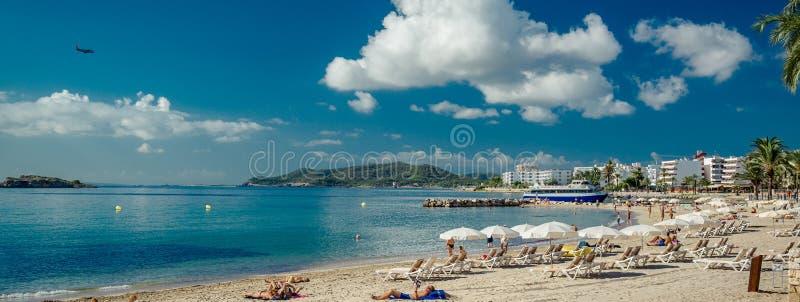 Banho de sol panorâmico dos povos da imagem na costa de Ibiza, Espanha fotografia de stock