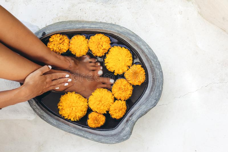 Banho do pé e tratamento do pedicure dos termas foto de stock