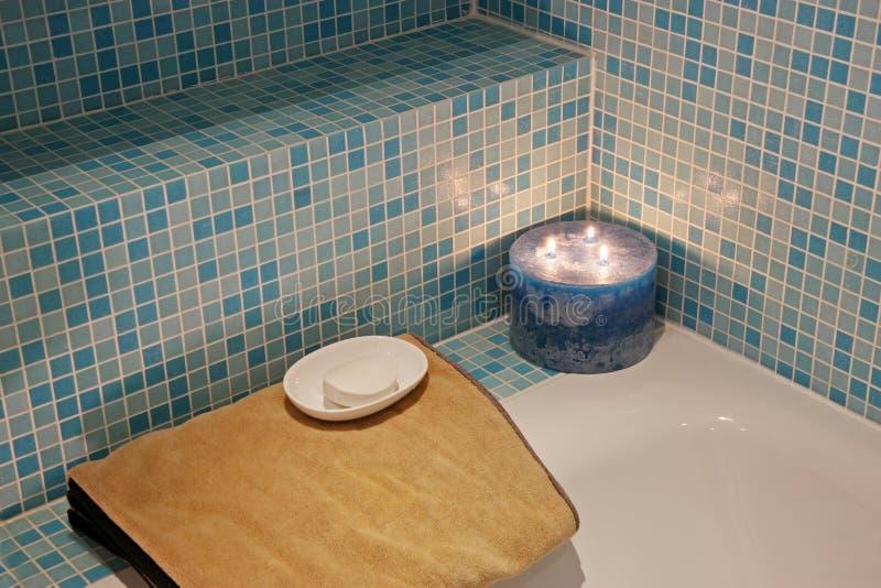 Banho dos termas com vela e toalha fotos de stock