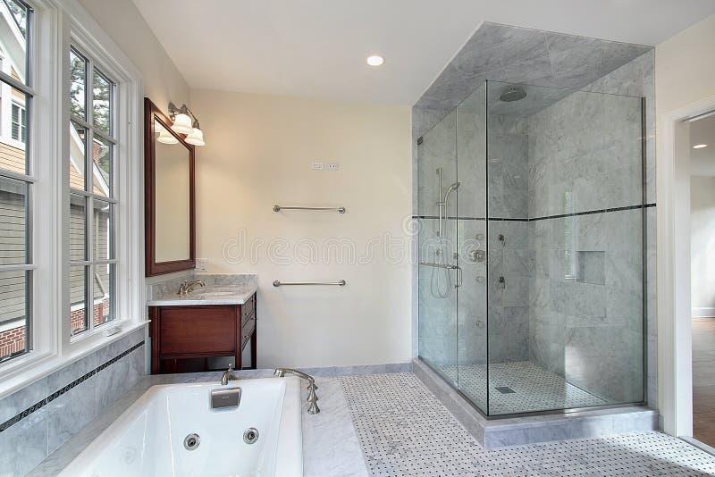 Banho mestre com chuveiro de vidro fotos de stock royalty free