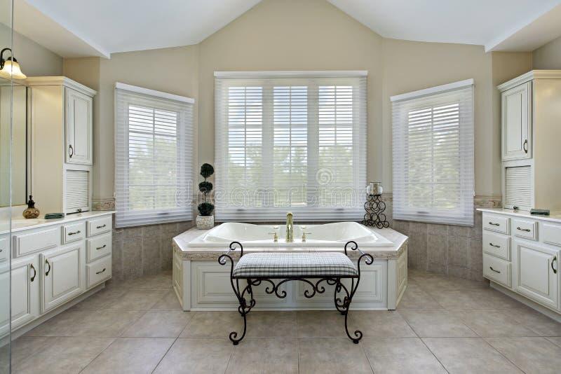 Banho mestre com grande banheira foto de stock