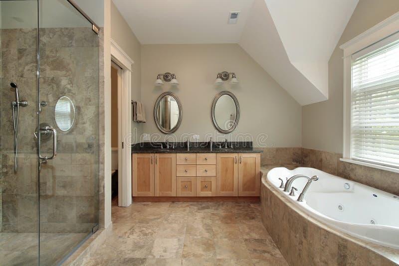Banho mestre na HOME luxuosa imagem de stock
