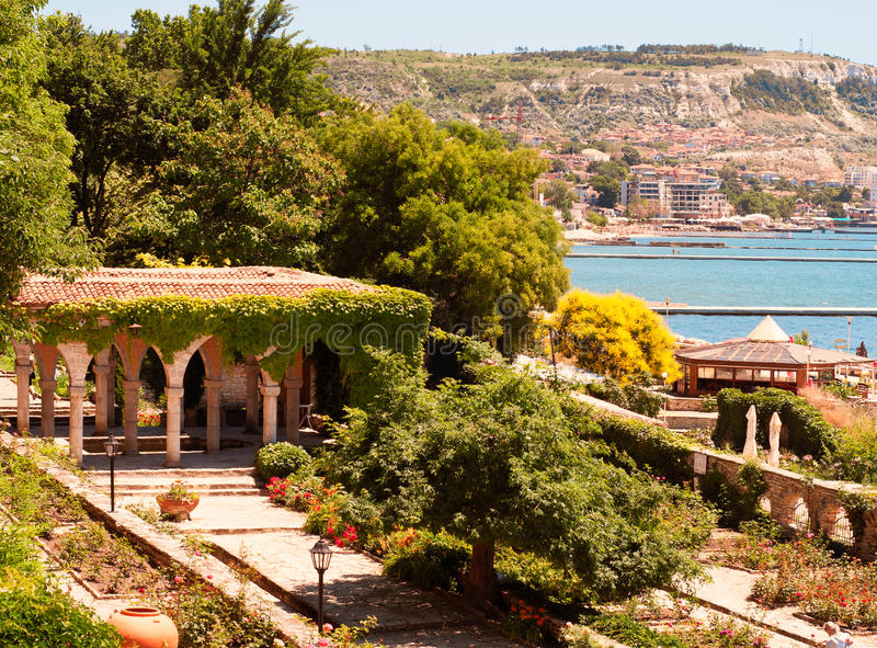 Banho romano no jardim do castelo de Balchik imagem de stock royalty free