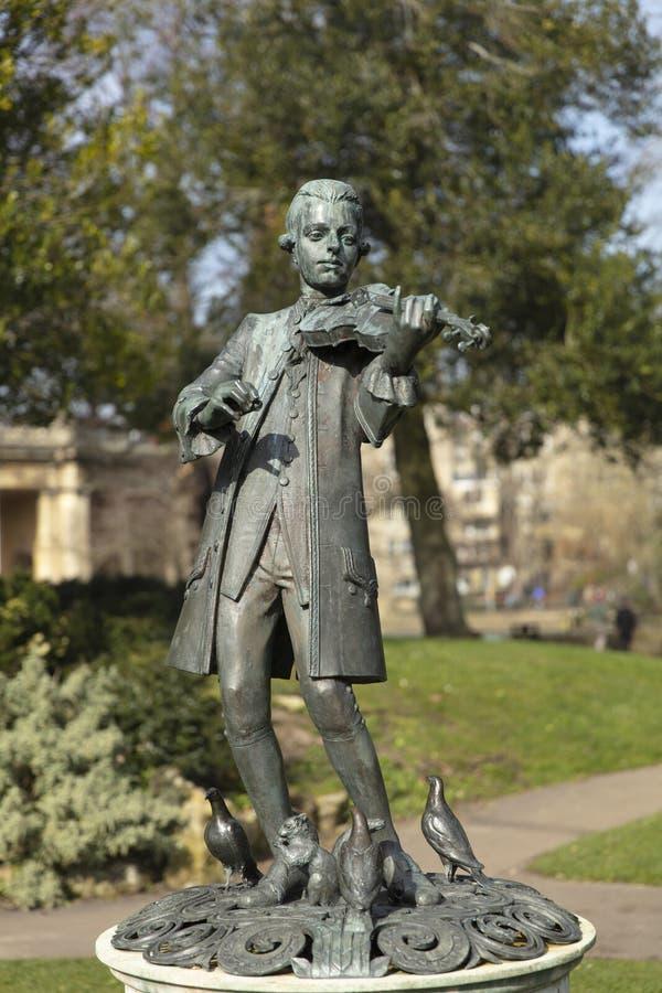 Banho, Somerset, Reino Unido, o 22 de fevereiro de 2019, estátua de Wolfgang Amadeus Mozart em jardins da parada fotos de stock royalty free
