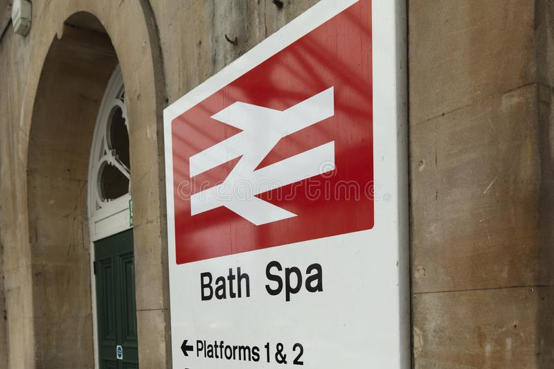 Banho, Somerset, Reino Unido, o 22 de fevereiro de 2019, signage da entrada para a estação dos termas do banho fotos de stock royalty free