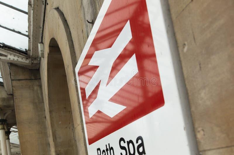 Banho, Somerset, Reino Unido, o 22 de fevereiro de 2019, signage da entrada para a estação dos termas do banho imagem de stock royalty free