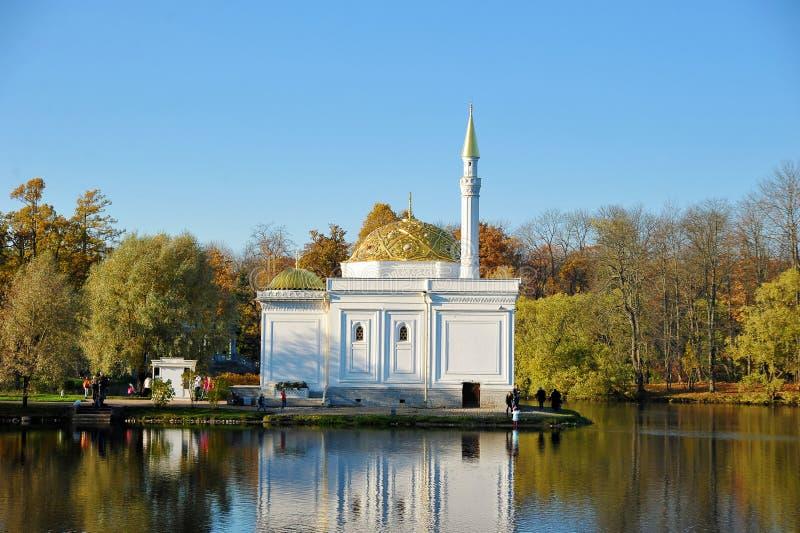 Banho turco contra as folhas de outono em Catherine Park em Pushkin imagens de stock