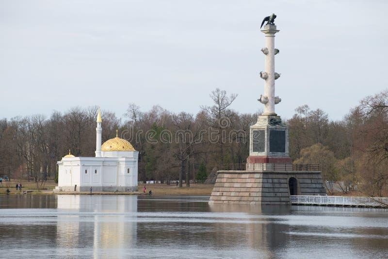 Banho turco do pavilhão e coluna de Chesme, tarde nublado de abril Tsarskoye Selo fotografia de stock